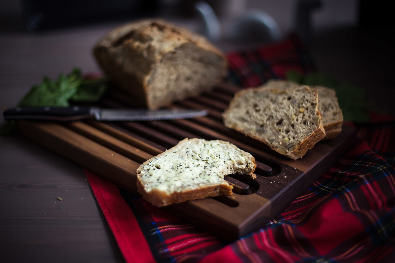 Vollkornbrot auf Brotschneidebrett