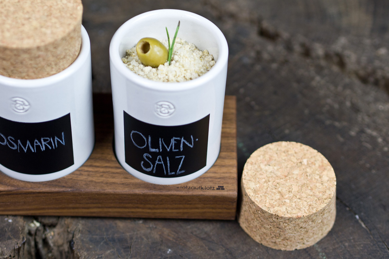 Selbstgemachtes im Gewürzregal: grünes Olivensalz