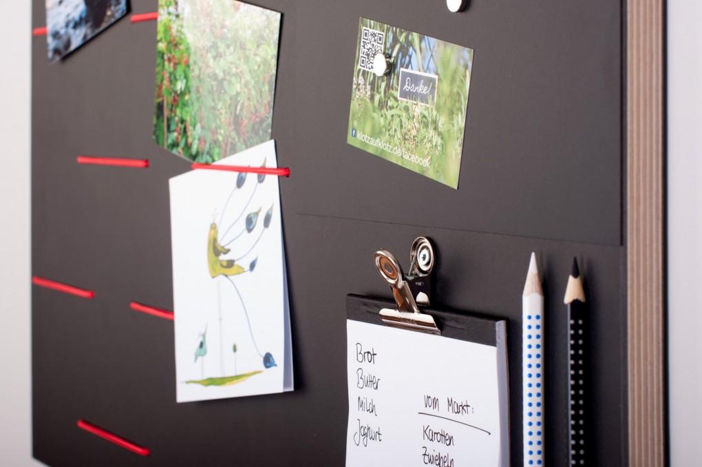 pinnwand aus holz mit schwarzer oberfl che klotzaufklotz. Black Bedroom Furniture Sets. Home Design Ideas